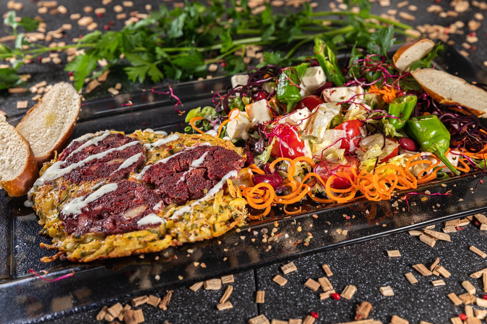 Blutwurst-Rösti an buntem Salatreigen, Karottenspaghetti, gebutterte Laugenstangenhappen und Speck-Sauerrahmdressing