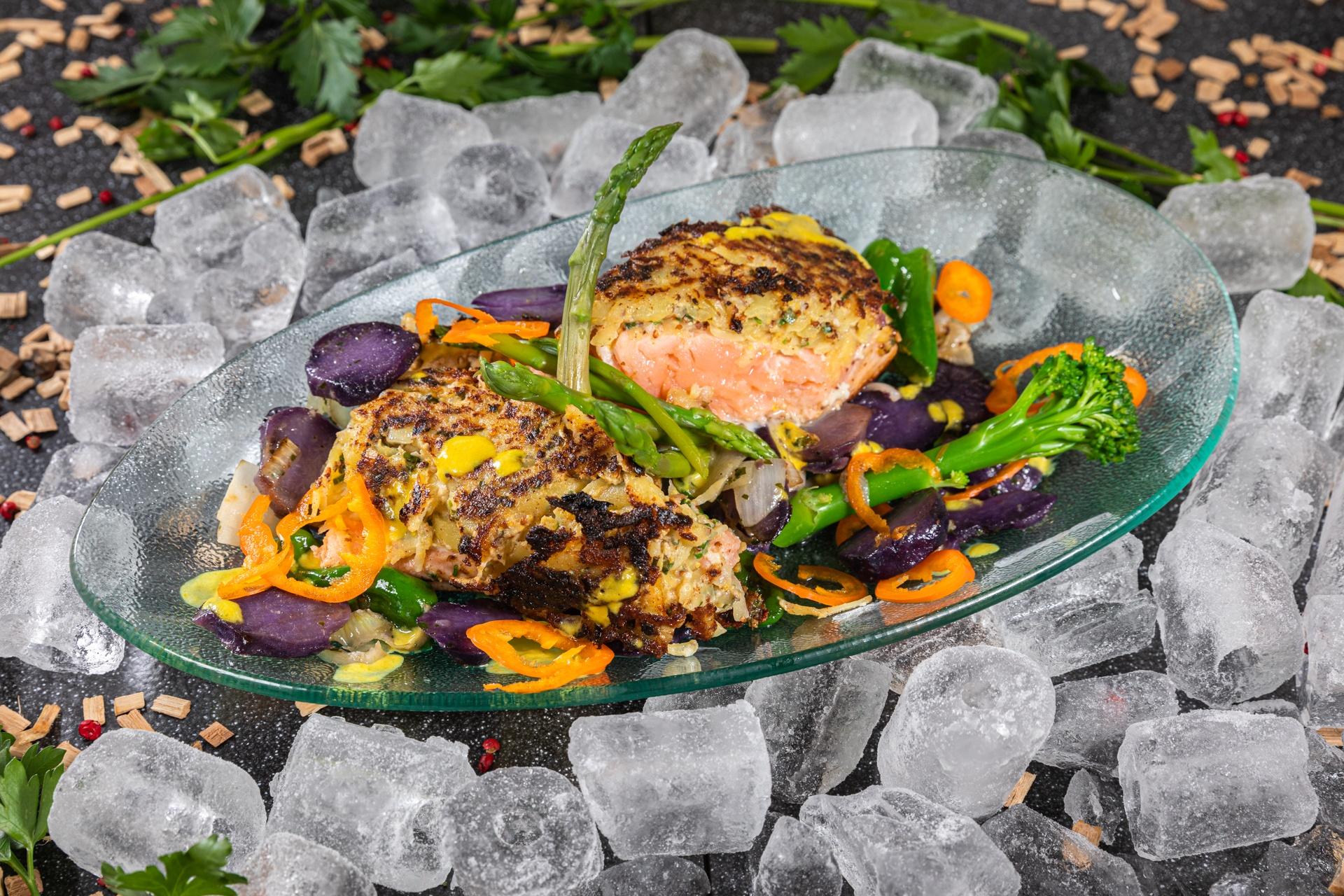 Eismeer-Lachs in Kartoffel-Senf-Röstihülle gebraten mit Thaispargel, Brokkolini und gegrillten blauen Röstkartoffelspitzen