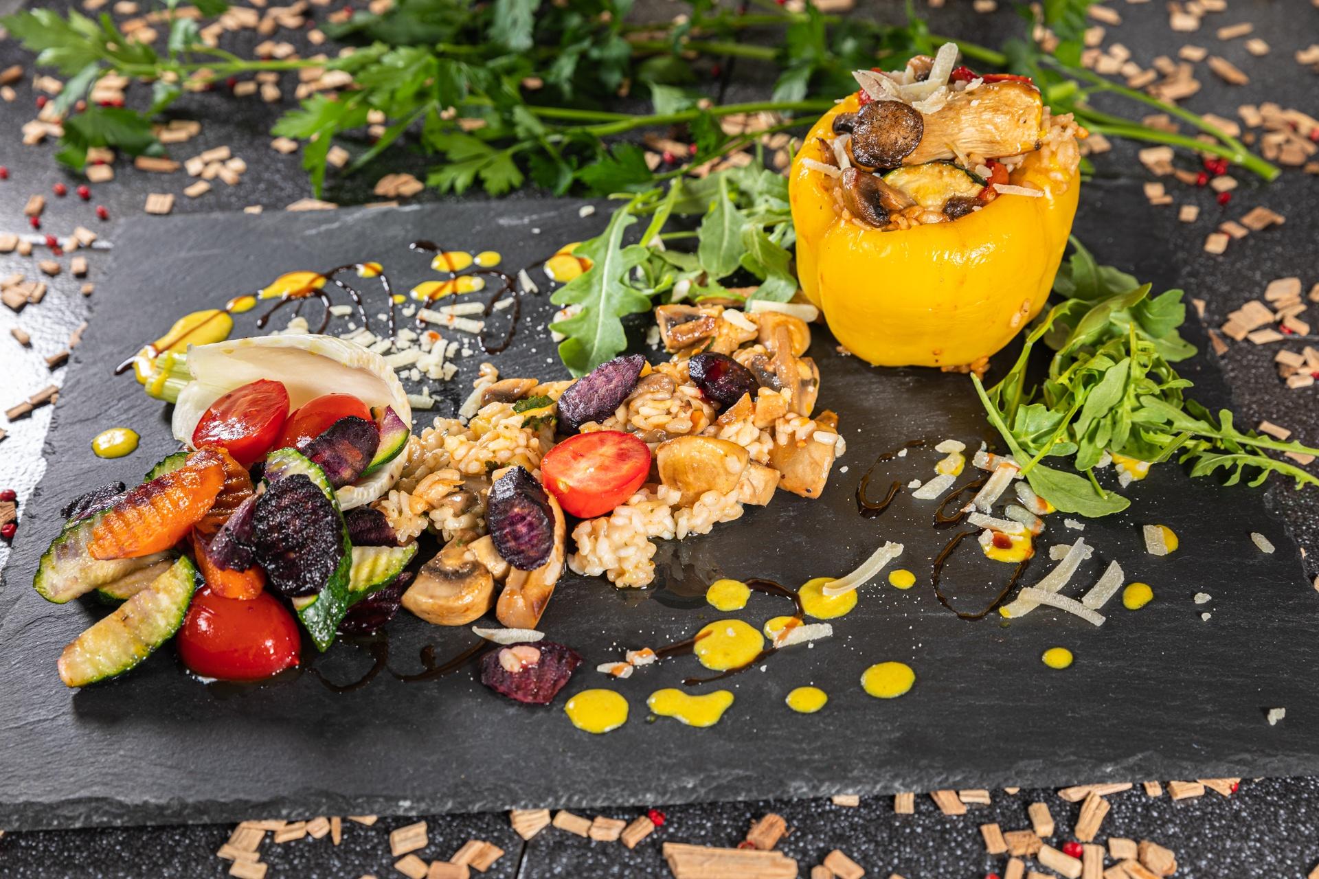 Gefüllte Paprikaschote mit Steinpilz und getrockneten Tomatenspalten-Risotto an violetten Wurzeln und gelber Paprikaschaumsauce